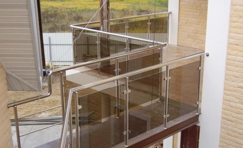 Ограждения со стеклом и стойками.